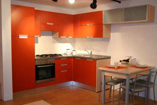 Parete cucina arancione idee creative di interni e mobili for Pittura per cucina classica
