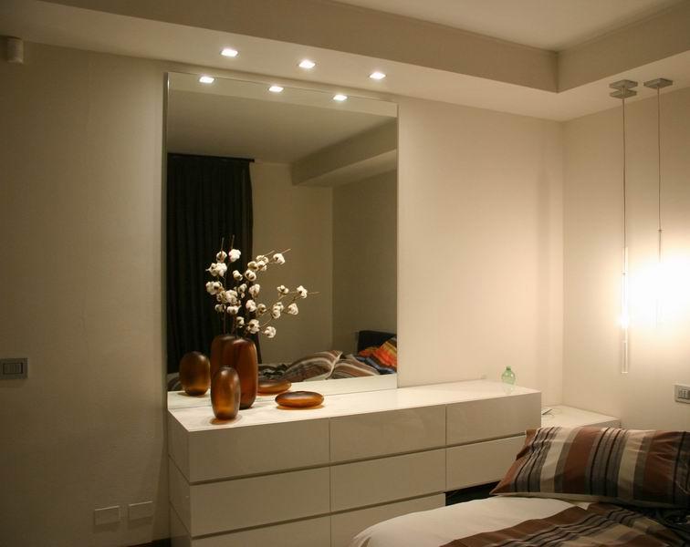 camera con como' laccato, specchio e ribassamento con ...