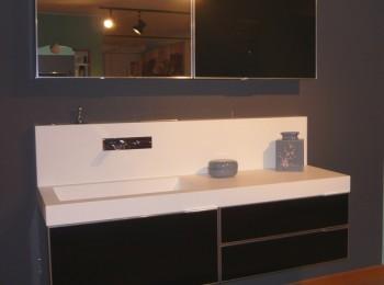 mobile da bagno con lavabo in korakril e pensile con specchio apribile a vasistas mod.Facto
