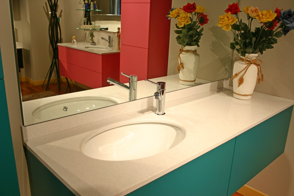 bagno architech laccato verde acqua particolare piano in quarzo mobili