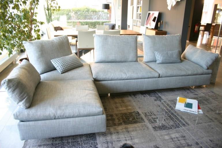 divano Limes Saba Italia in tessuto grigio visibile nella nostra espozizione di Zogno Bergamo, vista penisola