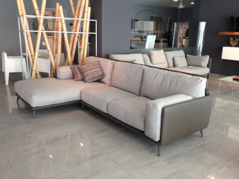 prezzzi promozione su divani Ditre Italia - salotto Kris DitreItalia in esposizione, struttura in ecopelle, cuscini in tessuto sfoderabili