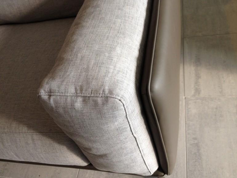 divano Kris Ditre Italia, particolare del bracciolo in tessuto con struttura in ecopelle