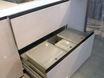 outlet cucine, cucina modello Digma DeMode Valcucine - particolare cestoni sottolavello con pattumiere per la raccolta differenziata