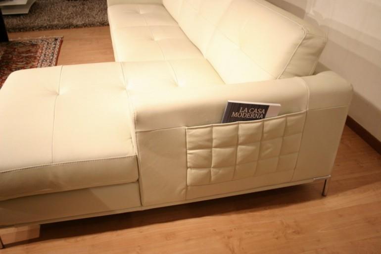 divano in offerta outlet modello Annabella in pelle, particolare penisola e tasca portariviste