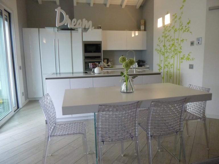 Arredamento moderno Bergamo, cucina Snaidero modello Way con tavolo Lago modello Air, sedie Kartell modello Ami Ami