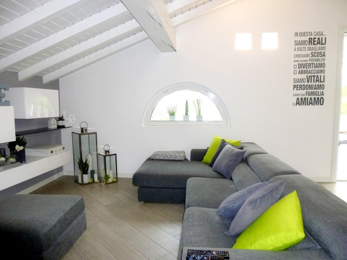 Progettazione e realizzazione di un arredamento moderno a for Arredamento living moderno