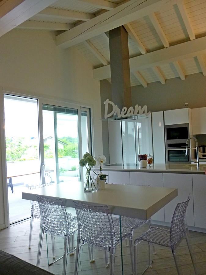Progettazione e realizzazione di un arredamento moderno a - Cappa cucina moderna ...
