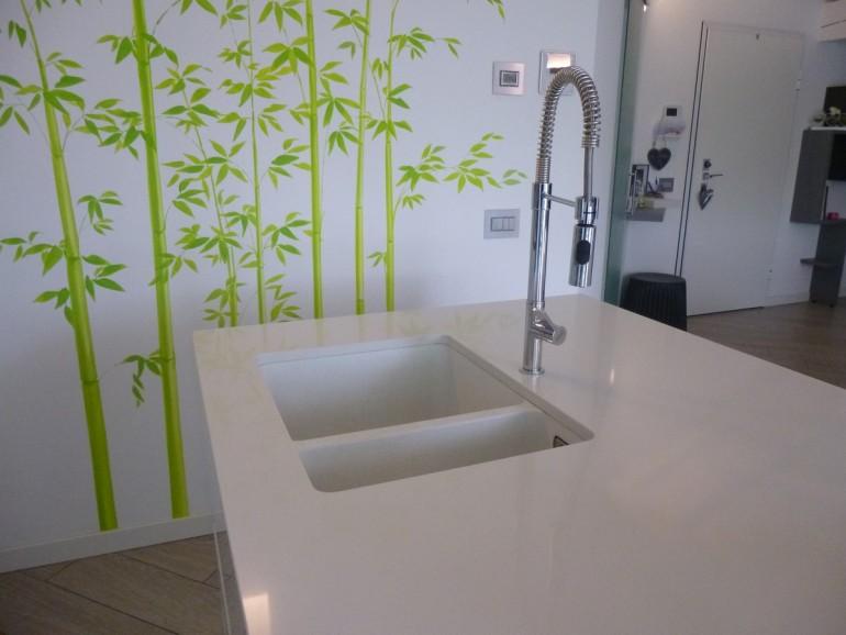 Arredamento moderno Bergamo, lavello fragranite sottopiano su isola con piano in quarzo