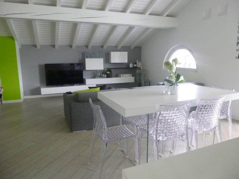 soggiorno visto dalla cucina, tavolo Air Lago, sedie Ami Ami Kartell, salotto Antigua Ditre Italia, mobile da soggiorno Inclinart Presotto