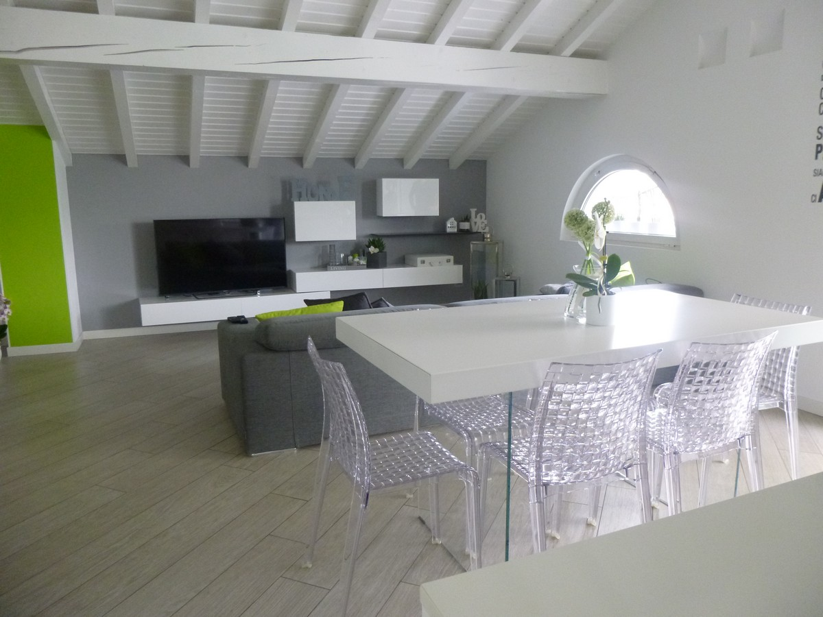 Progettazione e realizzazione di un arredamento moderno a for Tavoli e sedie da soggiorno