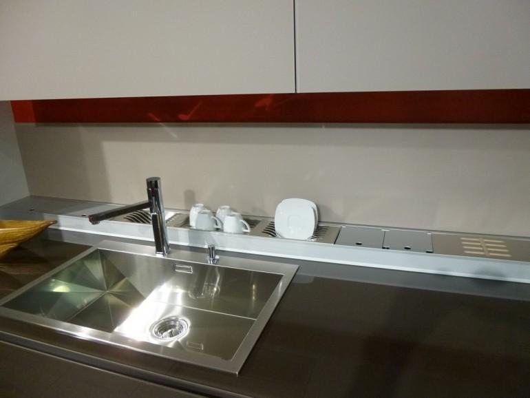 particolare-lavello-a-1-vasca-inox-e-canale-attrezzato-nella-cucina-artematica-vitrum-valcucine