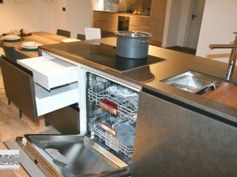 cucina Tratto La Casa Moderna con isola in laminato coten e tavolo in laminato rovere , elettrodomestici NEF