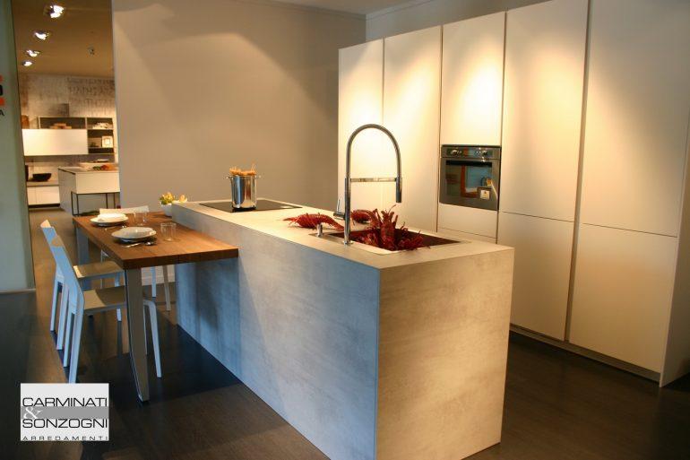 cucina con isola modello Solida La Cassa Moderna, con snack ribassato uso tavolo, visibile nella nostra esposizione di Zogno Bergamo