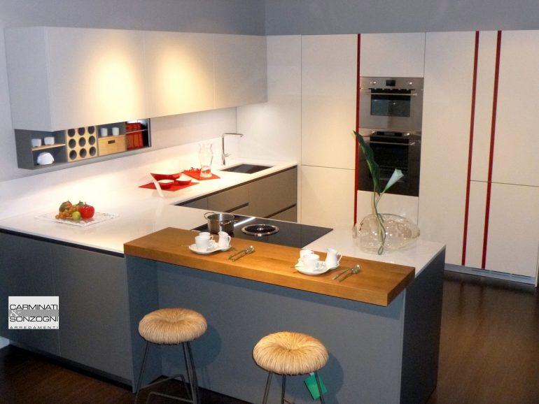 cucina con penisola modello M22 Linea Mesons in vendita nella nostra esposizione di Zogno Bergamo