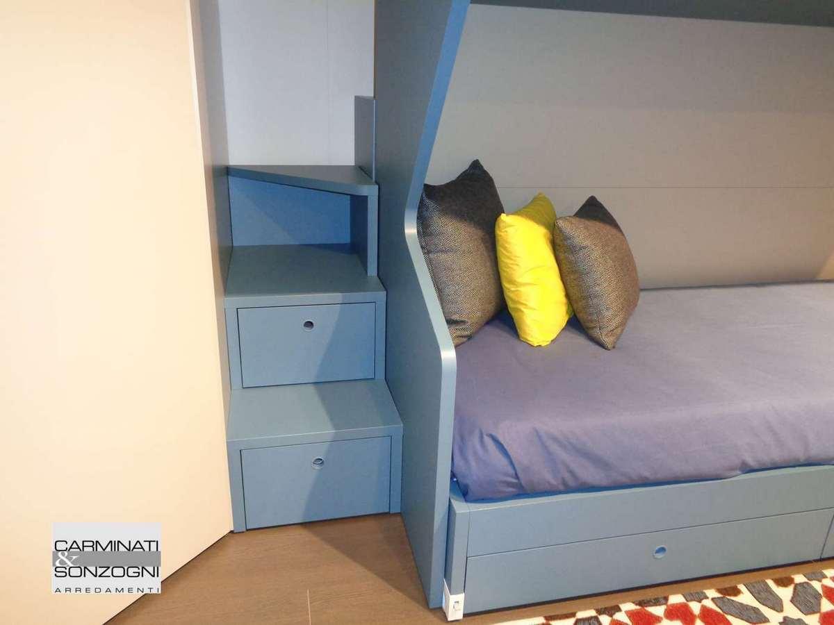 scaletta laterale per accedere al letto superiore nella cameretta