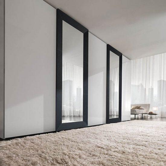 armadio scorrevole Mirror, ante a specchio con telaio in pelle o laccato, per camera da letto