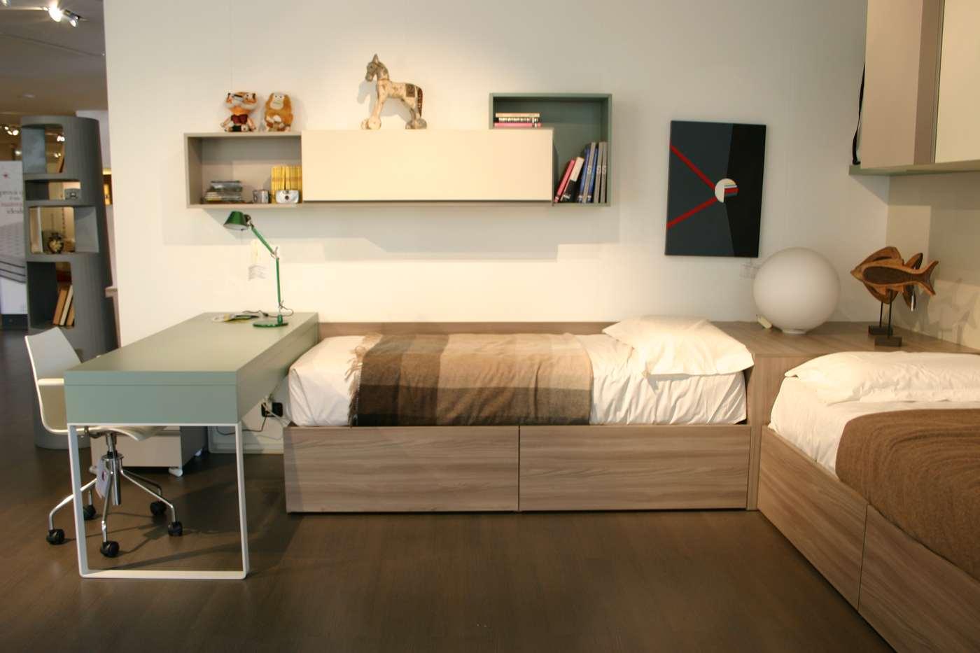 cameretta Clever con scrivania, letti a parete ad angolo, armadio a ponte, mensole,