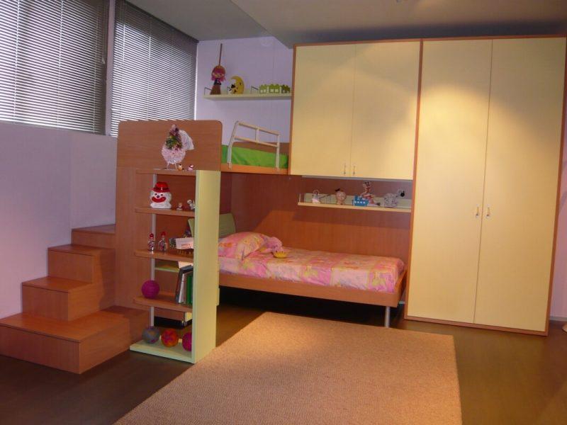 cameretta per bambini con armadio a ponte letto a castello e scaletta contenitore