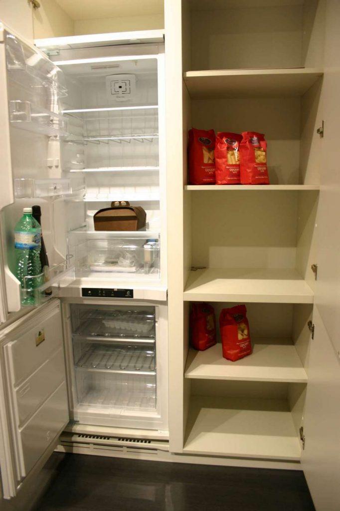 cucina Monoliti Mesons, particolare frigo e dispensa, outlet cucine Bergamo_tn