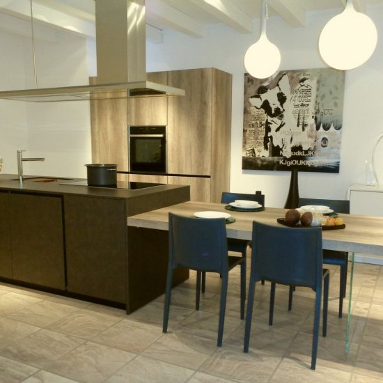 cucina-Tratto-La-Casa-Moderna-con-isola-in-laminato-coten-e-tavolo-in-laminato-rovere-