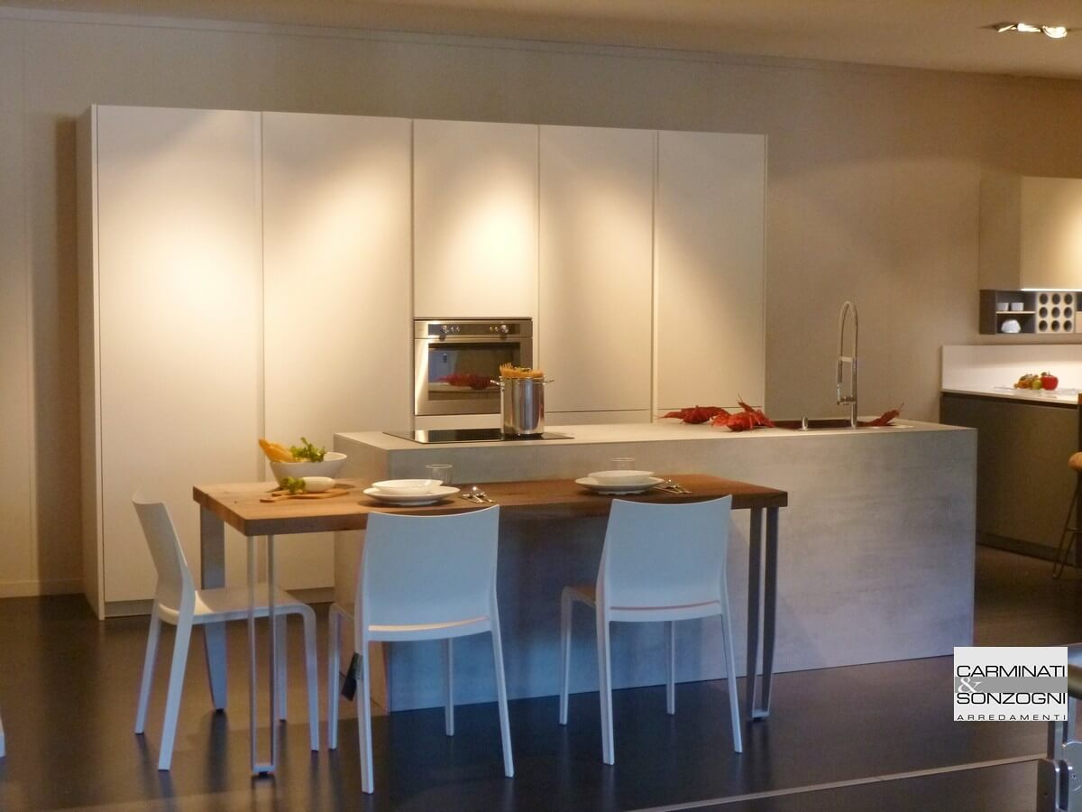 Cucina con isola modello Monoliti prodotta da Mesons, con snack ...