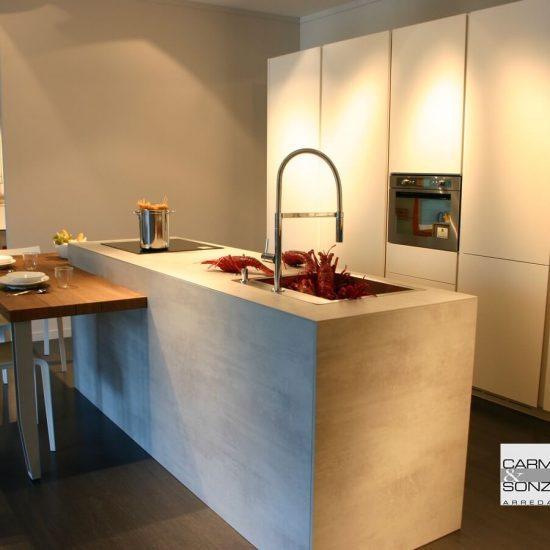 Cucina con isola modello Monoliti prodotta da Mesons, con snack ribassato uso tavolo e con colonne, visibile nella nostra esposizione di Zogno Bergamo