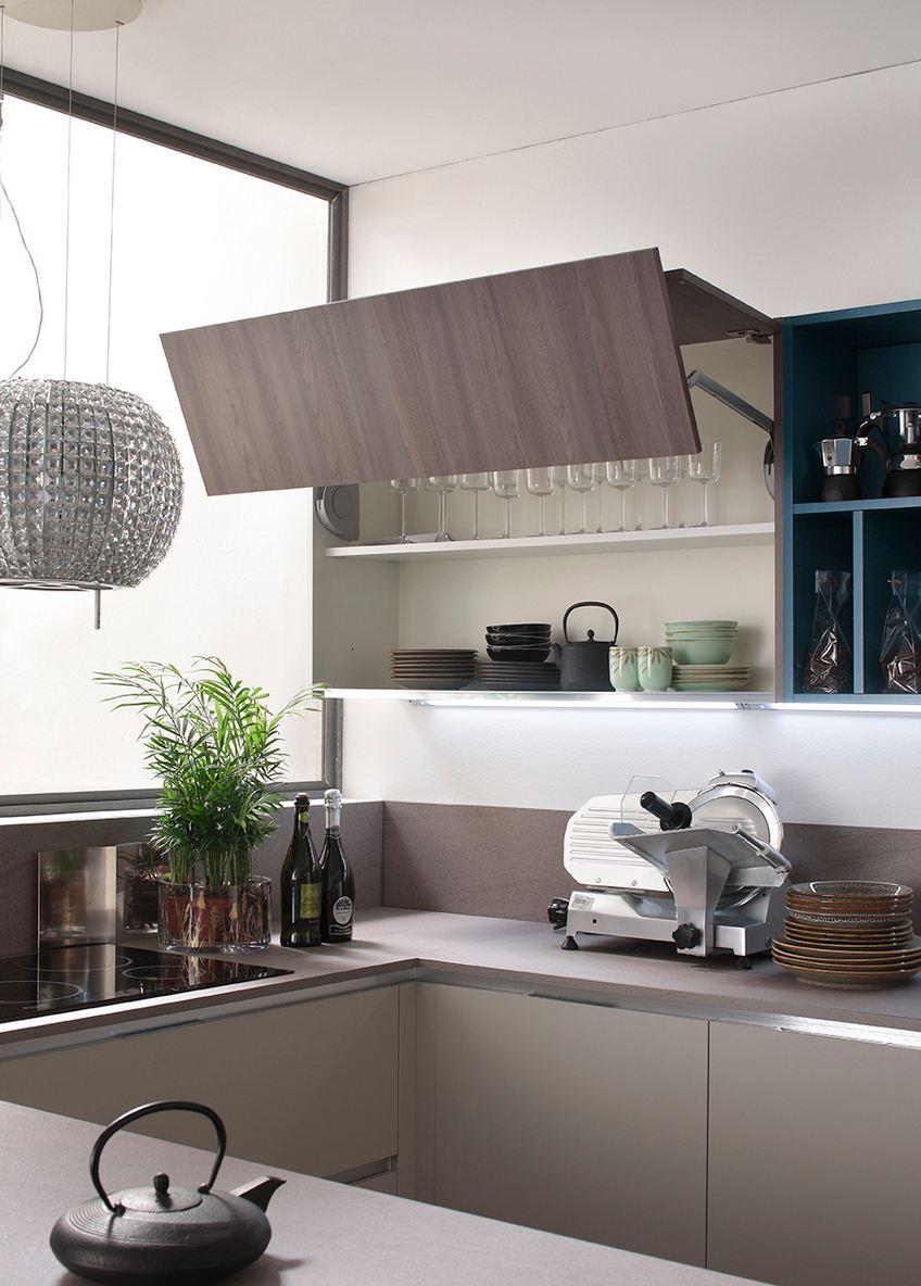 cucina la casa moderna, particolare pensile con anta a libro