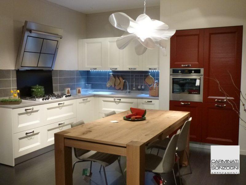 Cucina La Casa Moderna modello Asia laccata bianca e rossa con tavolo in massello di rovere