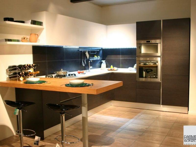 Cucina con penisola in legno rovere massello - La Casa Moderna