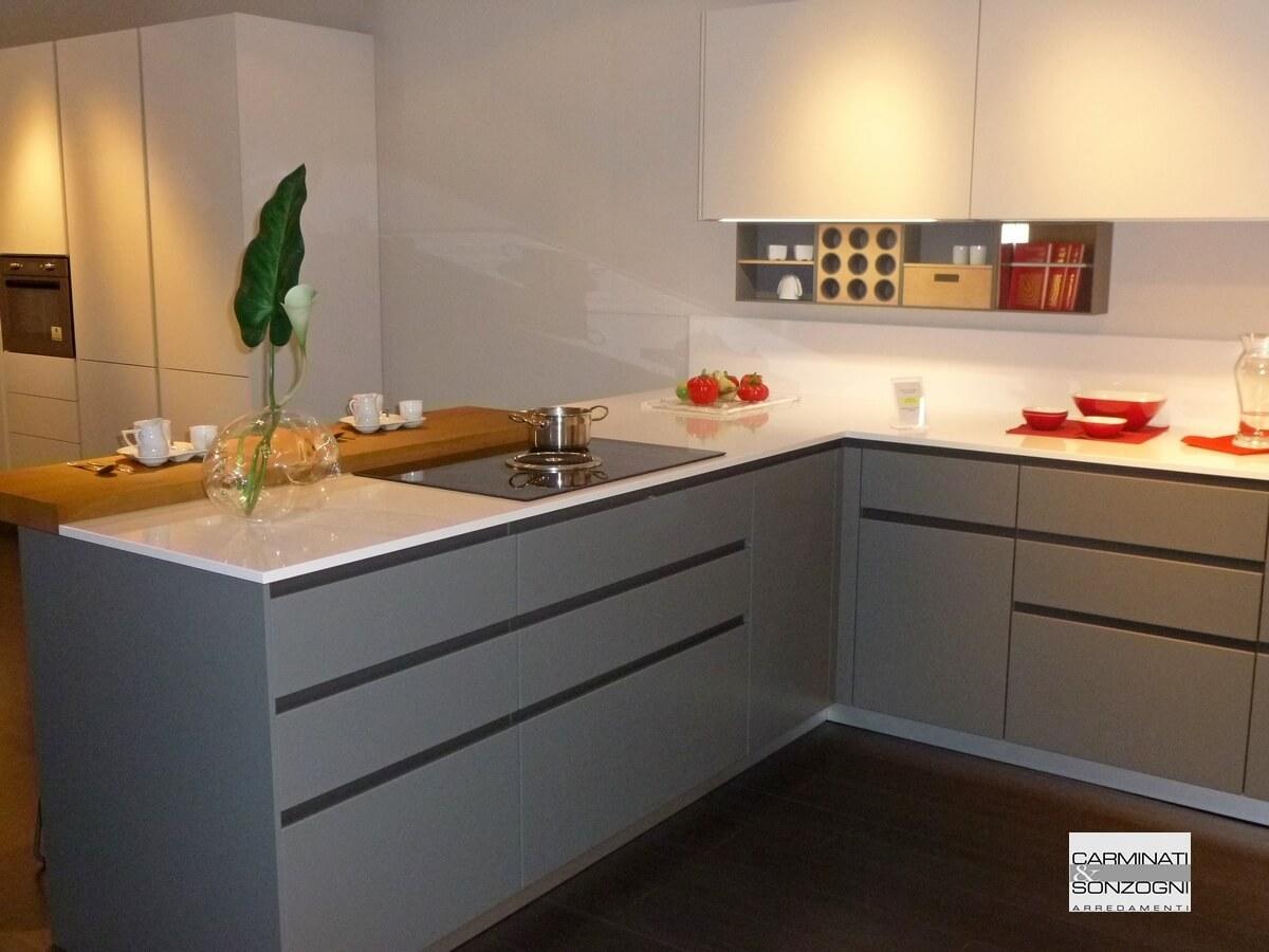 Cucina con penisola Mesons modello M22 Linea in vendita nella nostra esposizione di Zogno Bergamo
