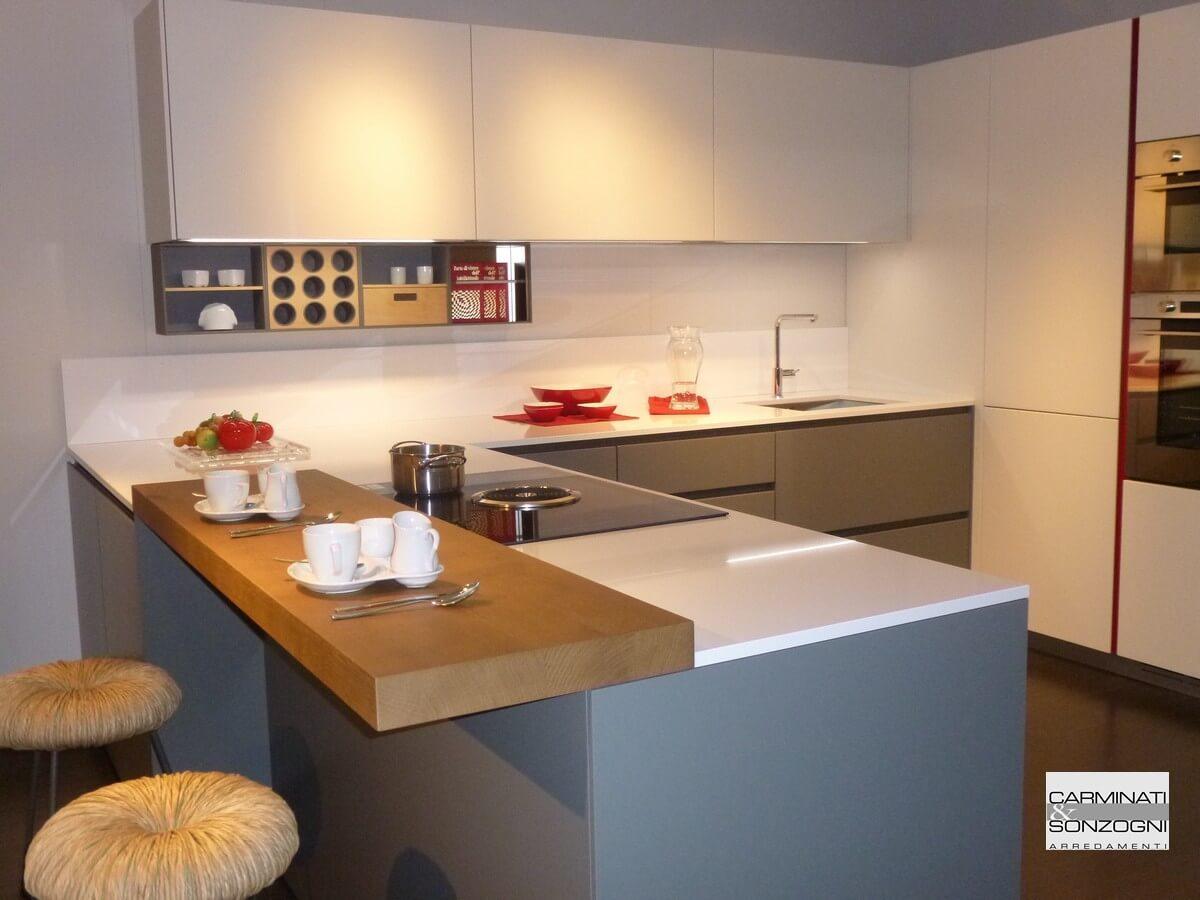 cucina-penisola-modello-m22-linea-prodotta-mesons-serie-lacasamoderna-esposizione-zogno-bergamo
