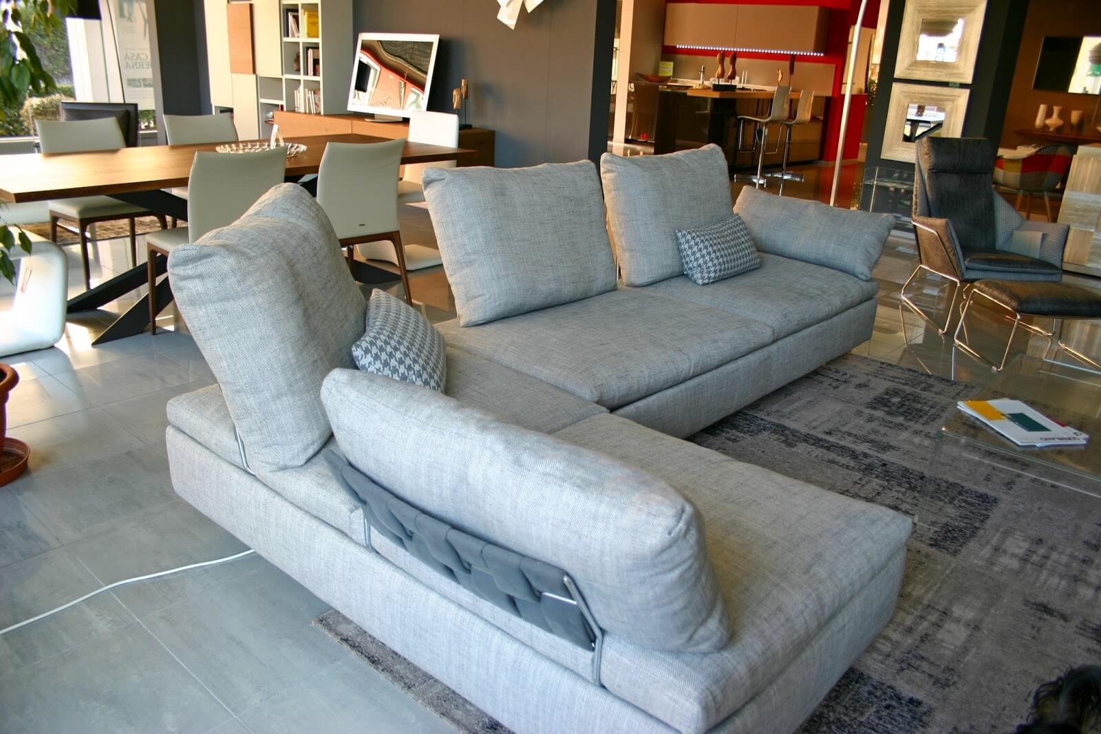 divano Limes Saba Italia in tessuto grigio visibile nella nostra esposizione di Zogno Bergamo, visto da dietro