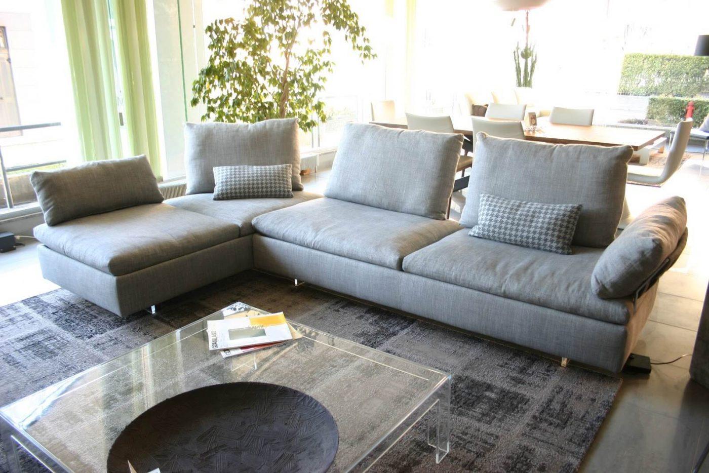 divano Limes Saba in tessuto grigio visibile nella nostra esposizione di Zogno Bergamo, schienale messo a 45° per creare penisola angolo