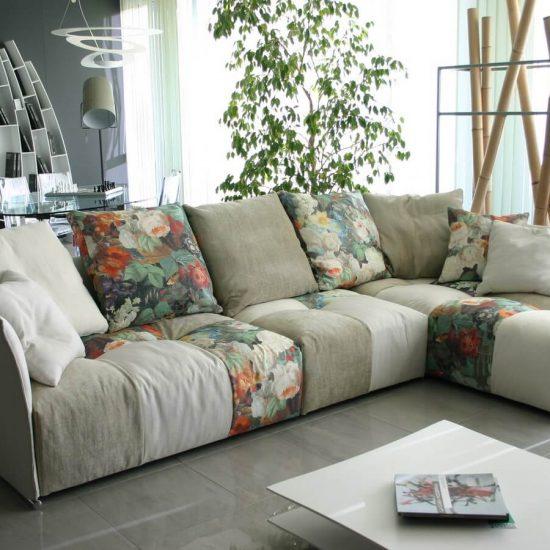 divano PIXEL SABA in tessuto patchwork. Il divano Pixel Saba è caratterizzato da una serie di elementi che si combinano liberamente tra loro. Il divano Pixel Saba è completamente sfoderabile