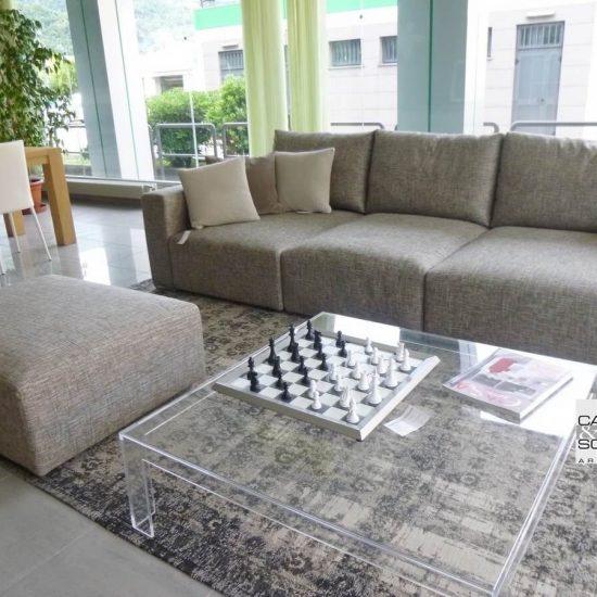 divano TAOS Saba con pouff uso penisola, visibile nell'esposizione di Zogno Bergamo