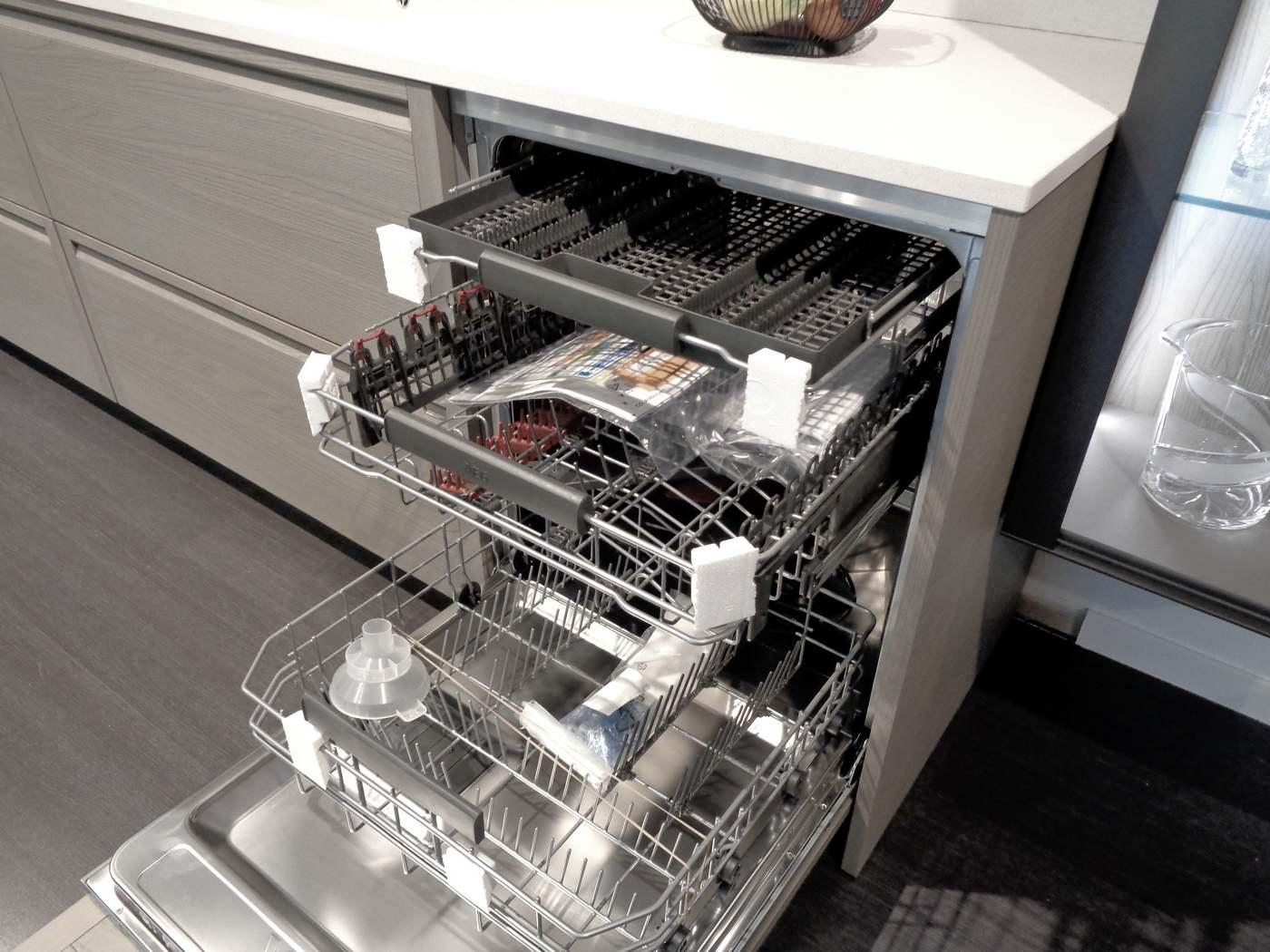 lavastoviglie AEG con terzo cestello per le posate
