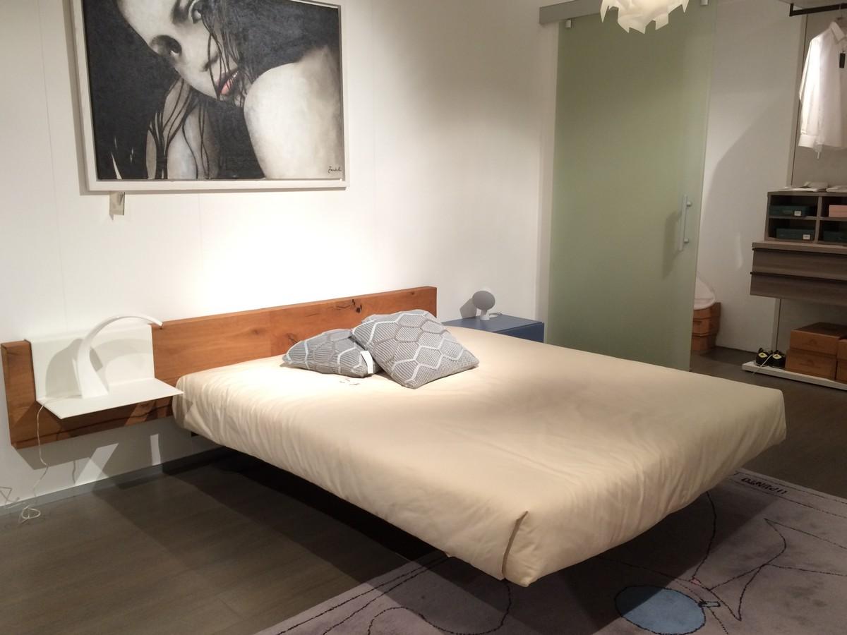 letto Fluttua Lago con testata in legno nella nostra esposizione di Zogno Bergamo