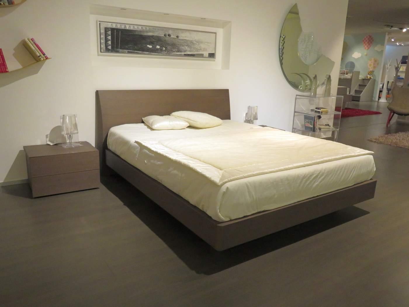 letto a prezzo outlet modello Regio in legno rovere tinto in vendita da Carminati e Sonzogni Bergamo