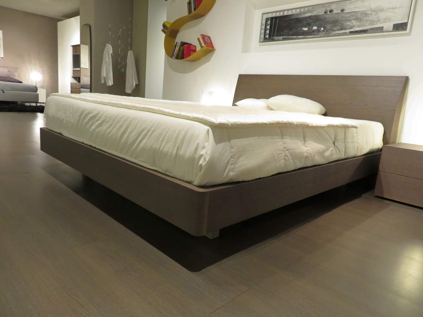 letto a prezzo outlet modello Regio in legno rovere tinto cenere in vendita da da Carminati e Sonzogni a Zogno Bergamo