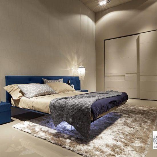 letto Wing sollevato da terra, armadio scorrevole Split, per camera da letto
