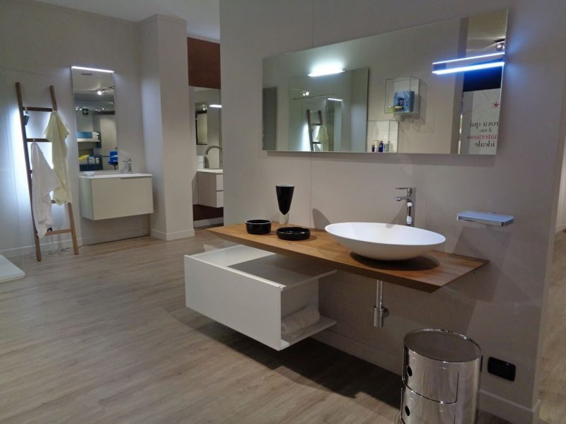 mobile da bagno Maya, con piano in legno, lavabo sopra piano