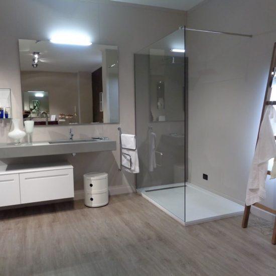 mobile da bagno modello Ker con piano in resina e lavabo incassato, box doccia rettangolare, visibile nella nostra esposizione di Zogno Bergamo
