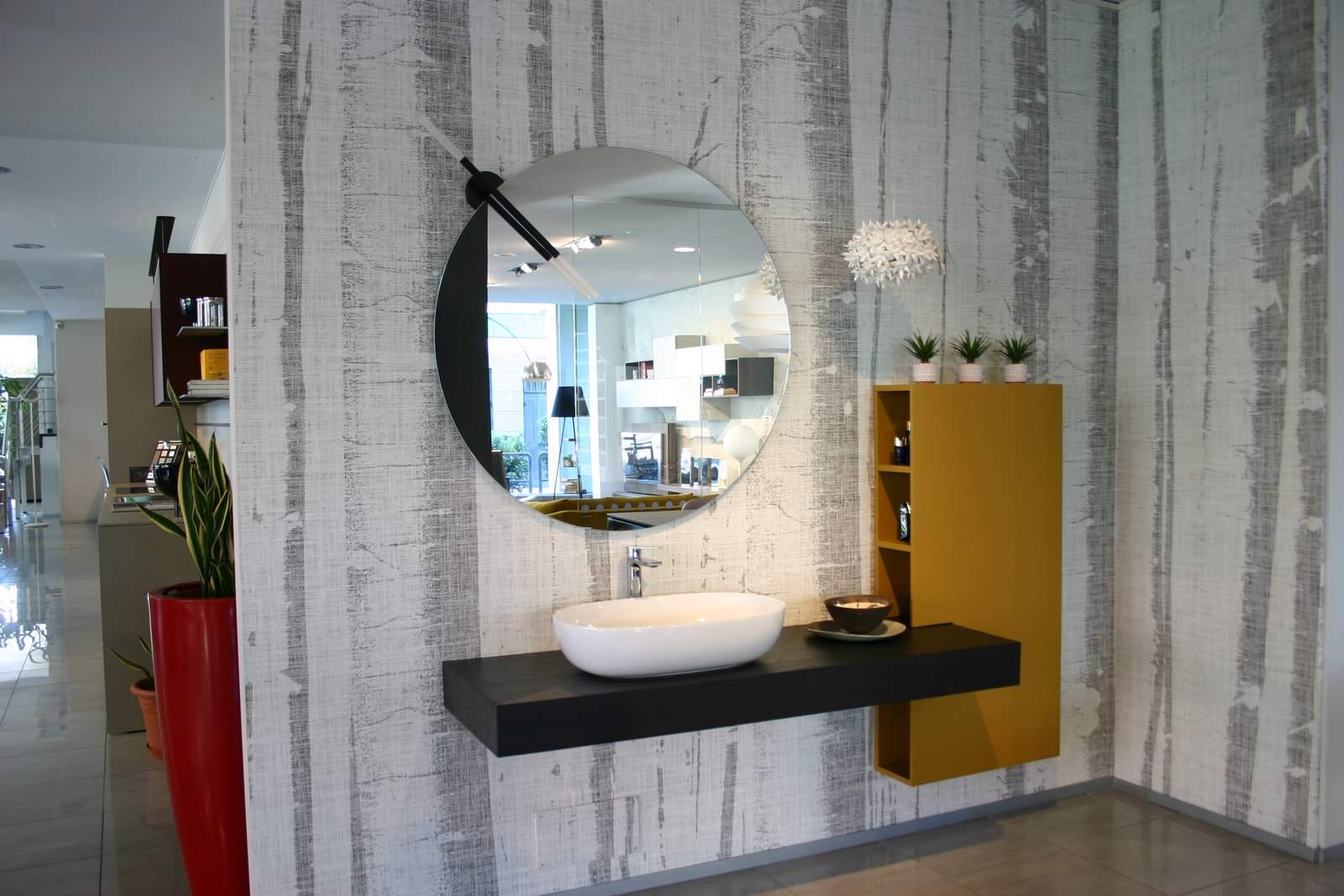 mobile-da-bagno-La-Casa-Moderna-con-lavabo-soprapiano-in-ceramica-bianca-con-colonna-sagomata-laccata-curry-con-piano-legno-castagno-fuliggine-in-esposizione-a-Zogno-Bergamo.jpg
