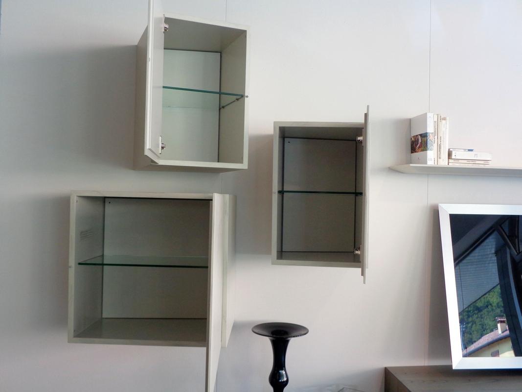 mobile soggiorno Presotto Inclinart, pensili inclinati aperti.
