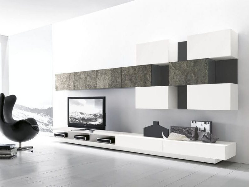 Mobile da soggiorno Modulart laccato lucido con base con cassetti rialzata con vani porta stereo e pensili con schienale passacavi dietro tv in pietra