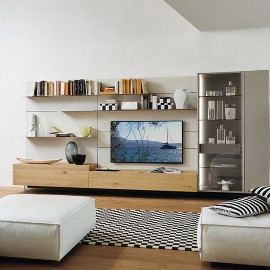 Mobili moderni da soggiorno Lampo rovere nodato con boiserie laccata, vetrina con luci, tv appesa