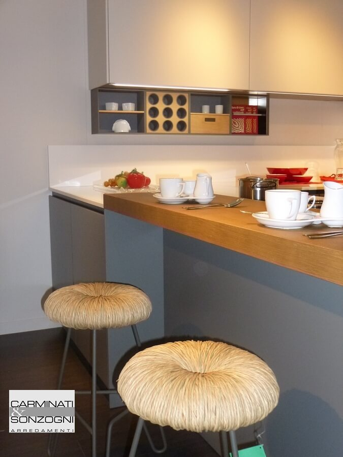 Particolare sgabelli e snak della penisola nella cucina Mesons modello Linea M22, in vendita nella nostra esposizione di Zogno Bergamo