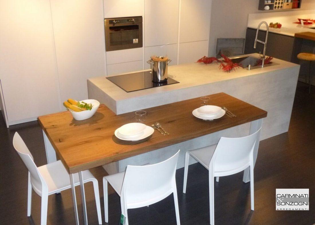 Cucina con isola modello Monoliti prodotta da Mesons, con snack ribassato uso tavolo, visibile nella nostra esposizione di Zogno Bergamo