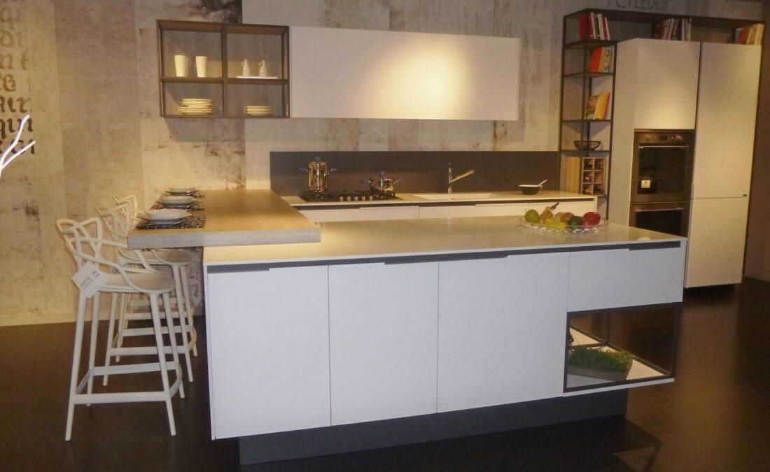 promozione-cucine-Snaidero-CUCINA-ORANGE-SNAIDERO-vista-con-isola-e-con-snack